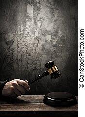 juiz, segurando, martelo, madeira