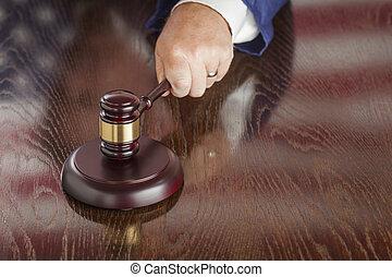 juiz, slams, gavel, e, bandeira americana, tabela, reflexão