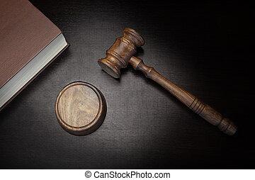 juizes, madeira, experiência preta, gavel, livro lei