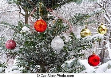 julgran, utanför, in, den, snö, dekorerat, med, jul, toys
