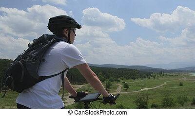 junge, auf, fahrrad, gebrauchend, digital tablette