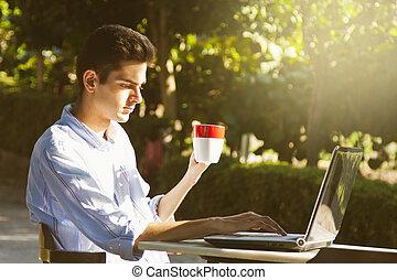 junge computer, draußen, an, sonnenuntergang