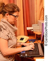 Junge Dame am Computer