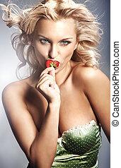 junge dame, essende, a, erdbeer