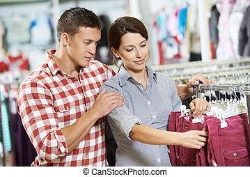 junge familie, an, kleidungseinkäufe, kaufmannsladen