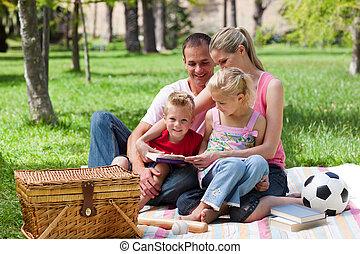 junge familie, entspannend, während, picknick hat