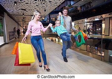 junge familie, mit, einkaufstüten