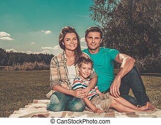 junge familie, mit, ihr, kind, sitzen, auf, a, decke,...