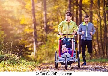 junge familie, rennender