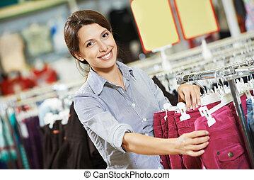 junge frau, an, kleidungseinkäufe, kaufmannsladen