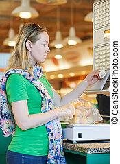 junge frau, an, nahrungsmittel einkaufen, in, supermarkt