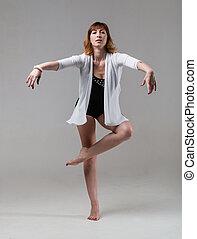 junge frau, ballerina, ballettänzer, tanzen, auf, grauer hintergrund