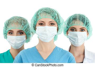 junge frau, doktor, in, kappe, und, gesichtsmaske, mit, zwei, sie, collegues