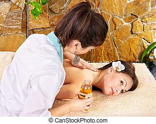 junge frau, erhalten von massage, in, spa.