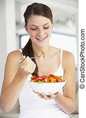 junge frau, essende, a, gesunde, salat