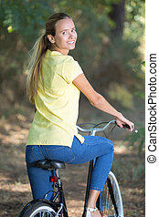 junge frau, fahrenden fahrrad