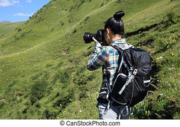 junge frau, fotograf, aufnahme nehmend, in, berge