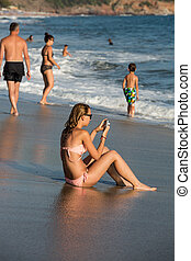 junge frau, gleichfalls, sitzen strand, an, sonnenaufgang
