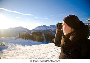 junge frau, in, alpen, berge, sehen vorwärts