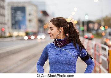 junge frau, in, blaues sweatshirt, rennender , stadt