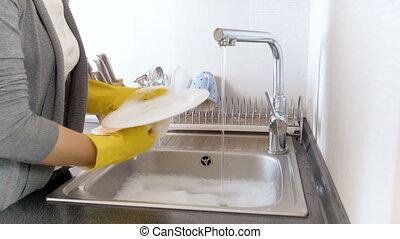 junge frau, in, gelber , gummihandschuh, abwasch, auf,...