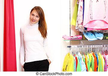 junge frau, innenseite, a, kaufmannsladen, kaufende kleider
