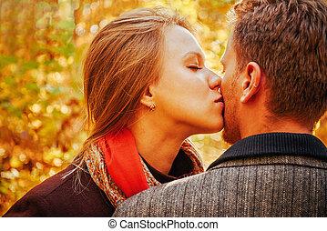 junge frau, küssende , a, mann, in, herbst, park