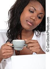 junge frau, kaffeetrinken