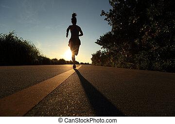 junge frau, läufer, rennender , auf, sonnenaufgang, strand