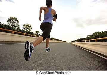 junge frau, läufer, rennender , auf, stadt