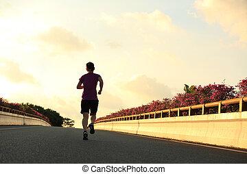 junge frau, läufer, rennender , auf, stadtbrücke , straße