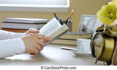 junge frau, liest, der, bibel, und, beginnt, beten