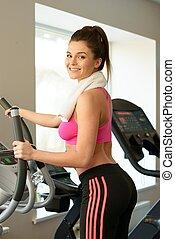 junge frau, machen, übung, in, fitneßklub, auf, training, maschine