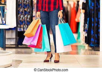 junge frau, mit, einkaufstüten, in, der, mode, kaufmannsladen