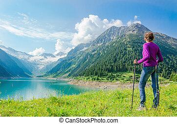 junge frau, neben, azur, bergsee, österreich