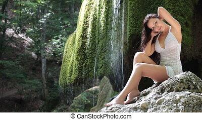 junge frau, posierend, bei, a, berg, wasserfall, in, der, sommer, wälder, anschauen kamera, lächeln