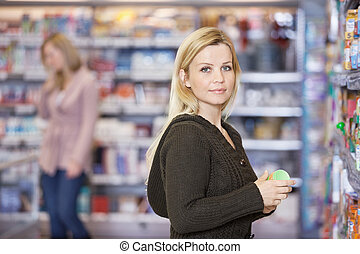 junge frau, shoppen, an, supermarkt