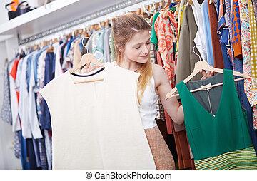 junge frau, shoppen, in, kleiden, kaufmannsladen