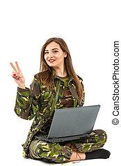 junge frau, soldat, in, militaer, tarnung, ausrüstung, ausstellung, friedensvorzeichen, ok
