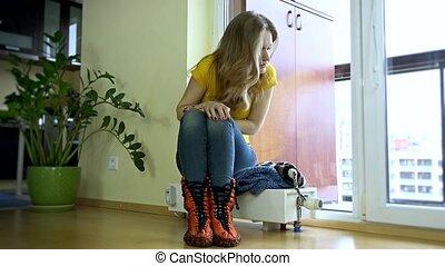 Heizkörper Zum Sitzen stellen frau heizkörper sitzen junger kalte stellen stock