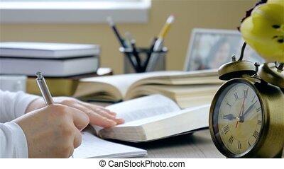 junge frau, studieren, der, bibel, closeup