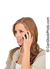 Junge Frau telefoniert mit Freundin
