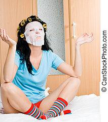 junge frau, tragen, haarlockenwickler, und, a, maske