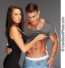 junge frau, umarmen, mann, mit, textilfreie , muskulös, oberkörper