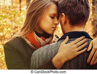 junge frau, umarmungen, a, mann, paar, liebe