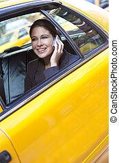 junge frau, unterhaltung zelle telefon, in, gelbes taxi