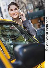 junge frau, unterhaltung zelle telefon, per, gelbes taxi