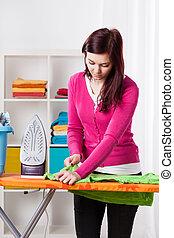 junge frau, während, wäschebügeln