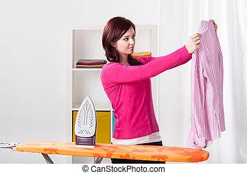 junge frau, wäschebügeln, mã¤nnerhemd