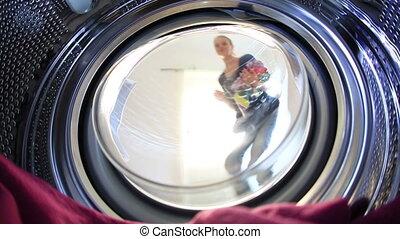 junge frau, wäschewaschen